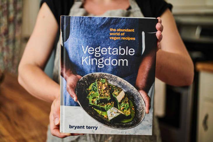 有人拿着布莱恩·特里的《蔬菜王国》的封面