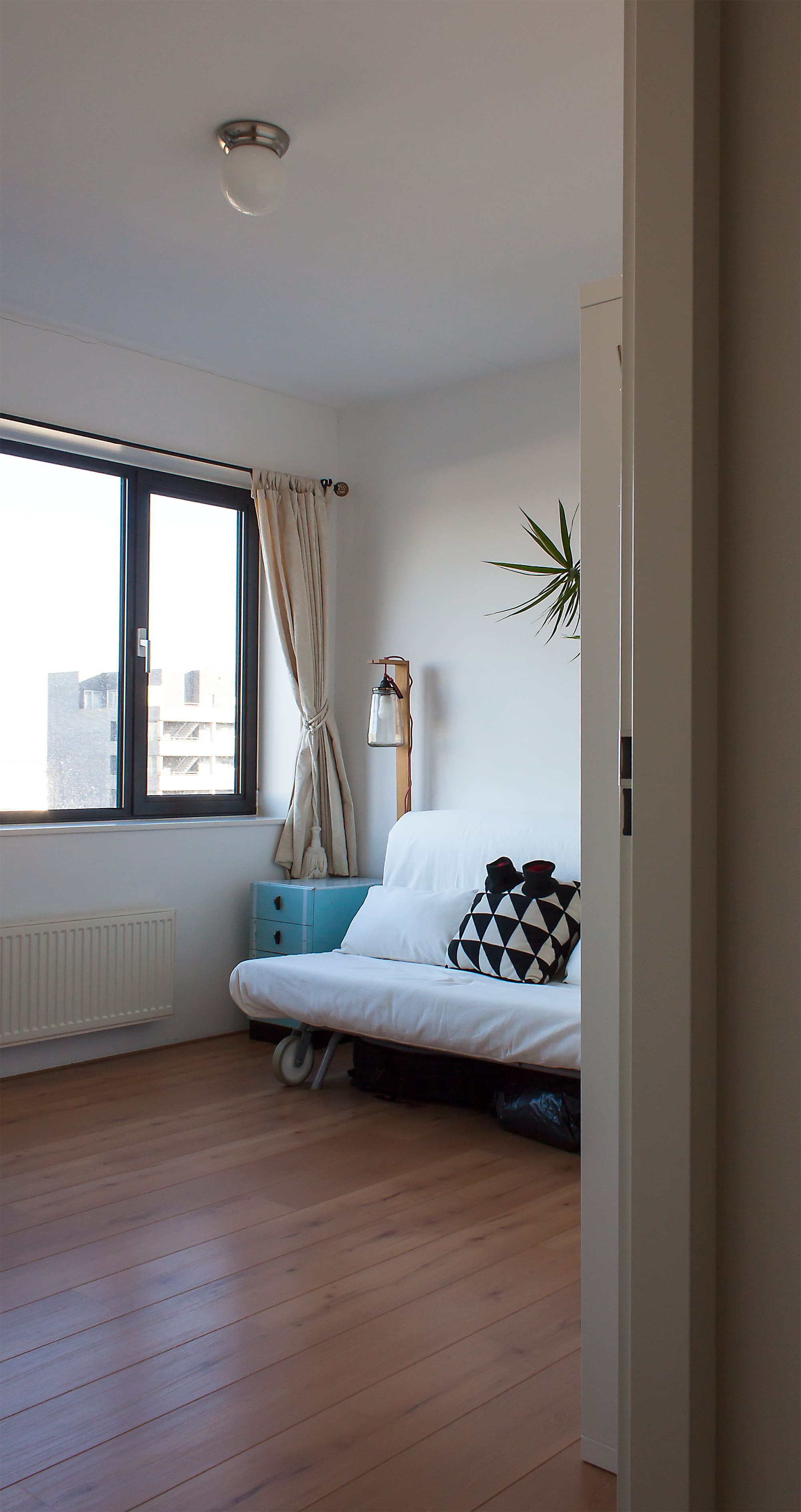 House Tour: A Minimal, Uncluttered Amsterdam Apartment ...