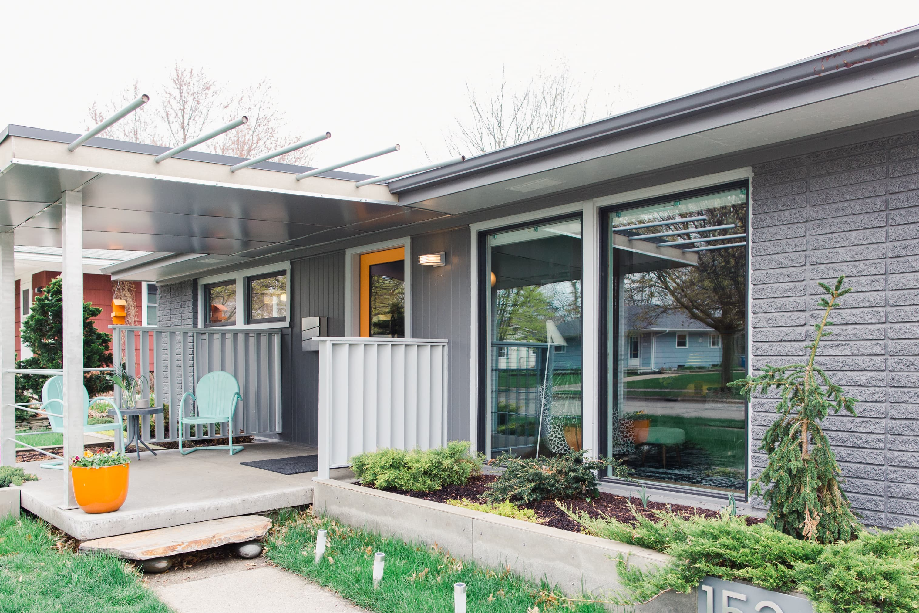 A Cheery Mid Century Modern House Is Bursting With Color Inspiration Apartment Therapy