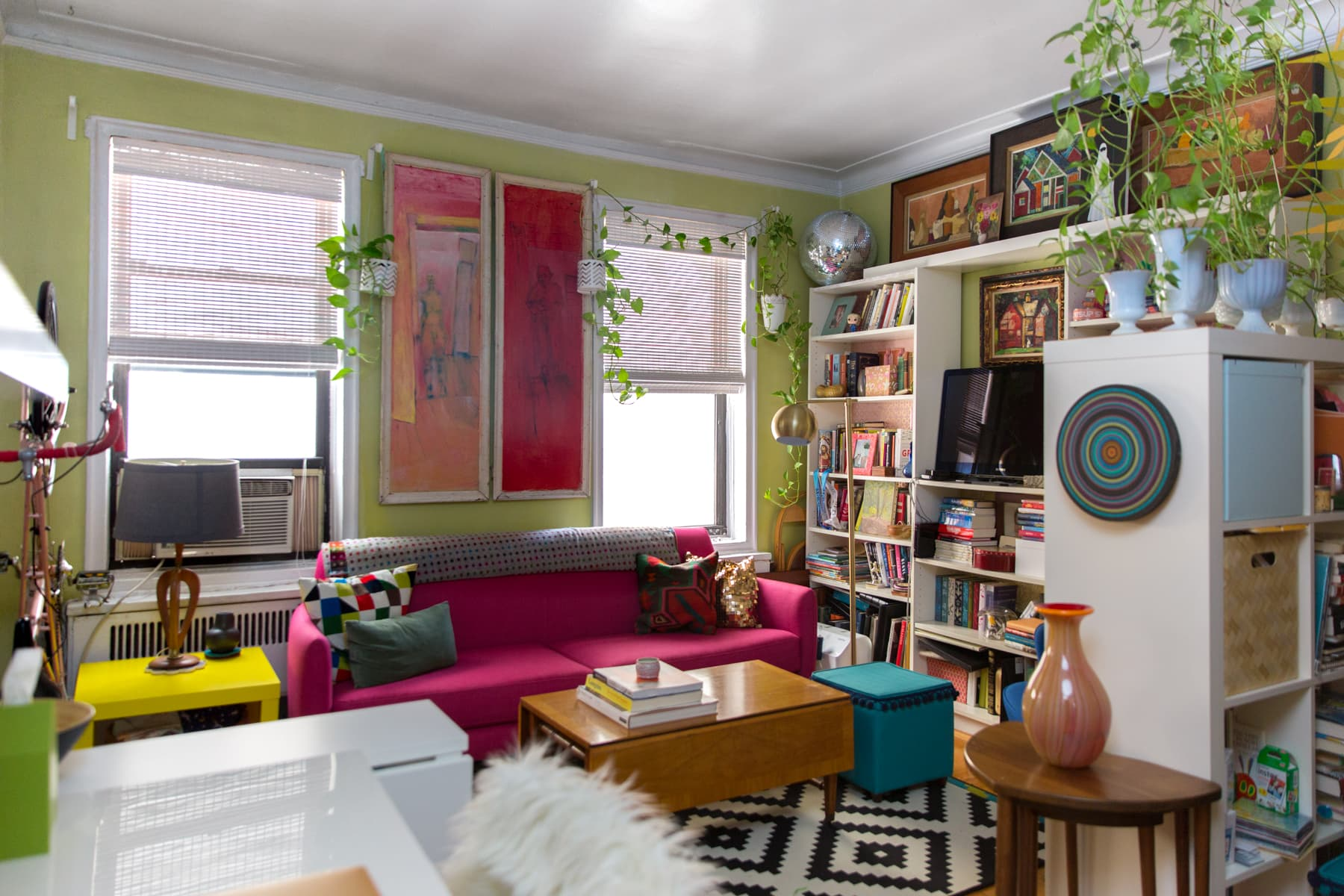 New York Studio Apartment Tour A Small Colorful Home Apartment Therapy