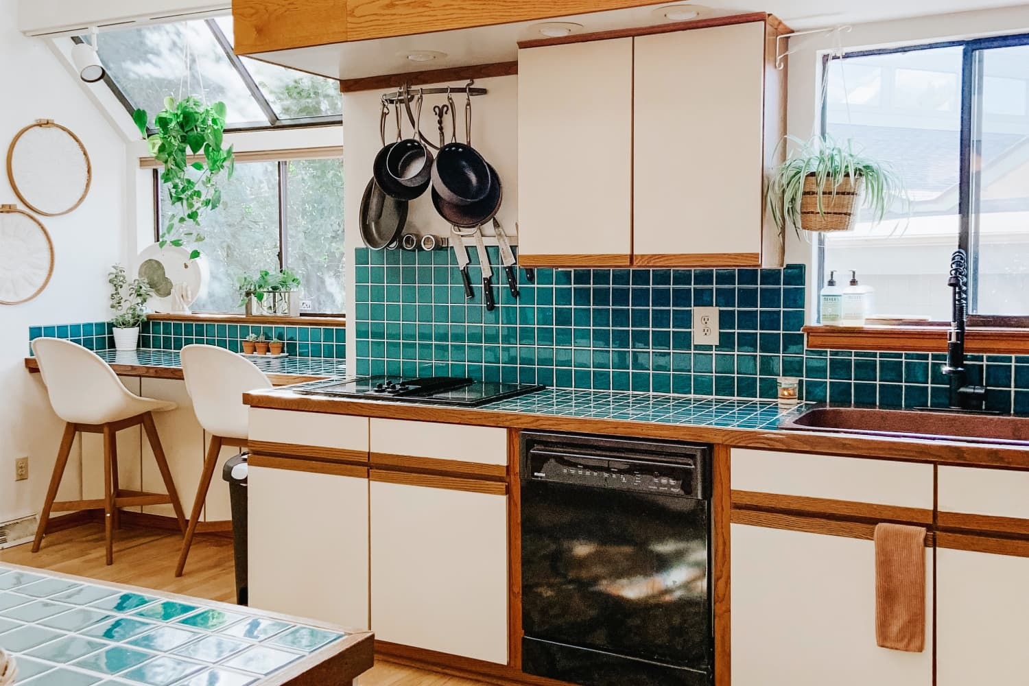 This Home's Emerald Backsplash and Kitchen Rug Combo Will Make You Green with Envy