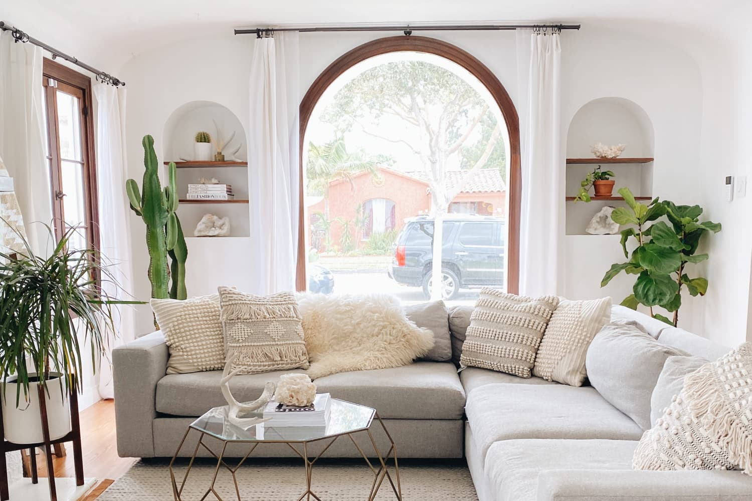 A 100-Year-Old Spanish Bungalow Has Beautiful Bones and Awesome Arches