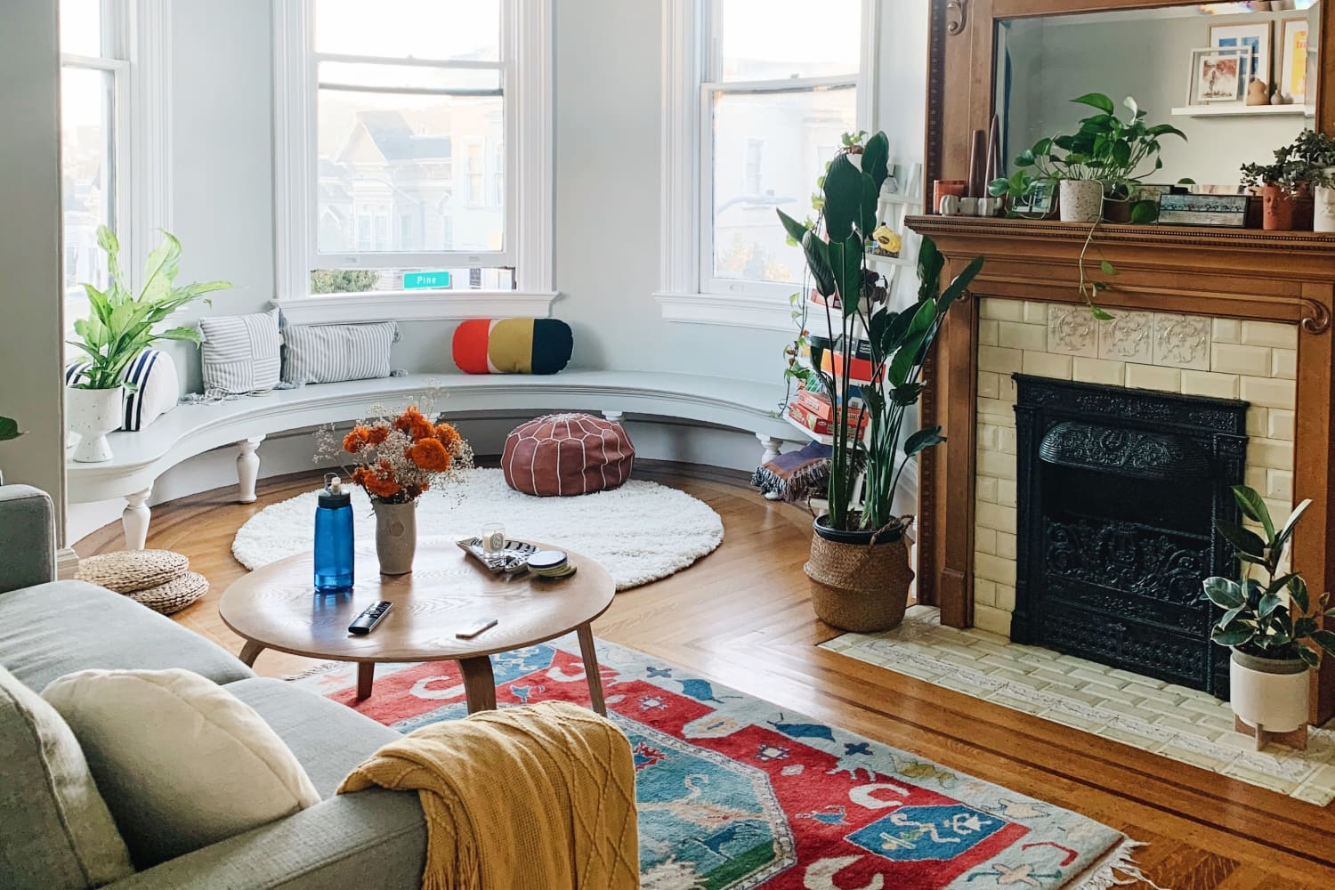 A Shared San Francisco Apartment Has the Dreamiest Curved Window Seat