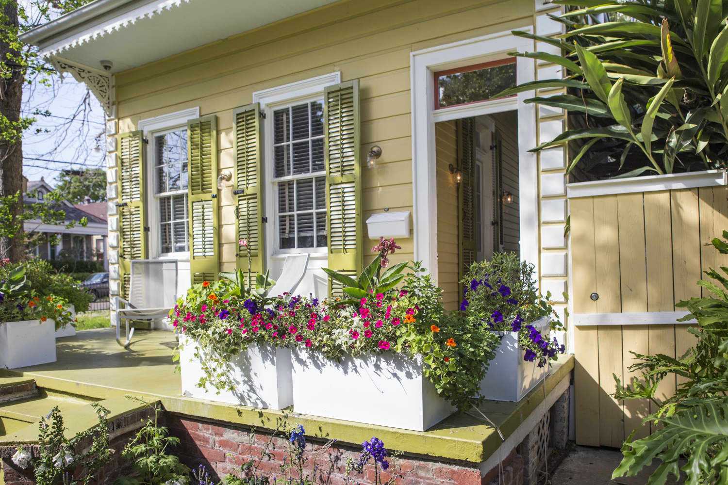 8 Moves Landscapers Use to Boost Curb Appeal When They're Short on Time