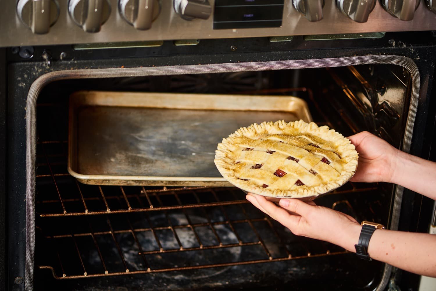 4 Things People With Impossibly-Clean Ovens Always Do