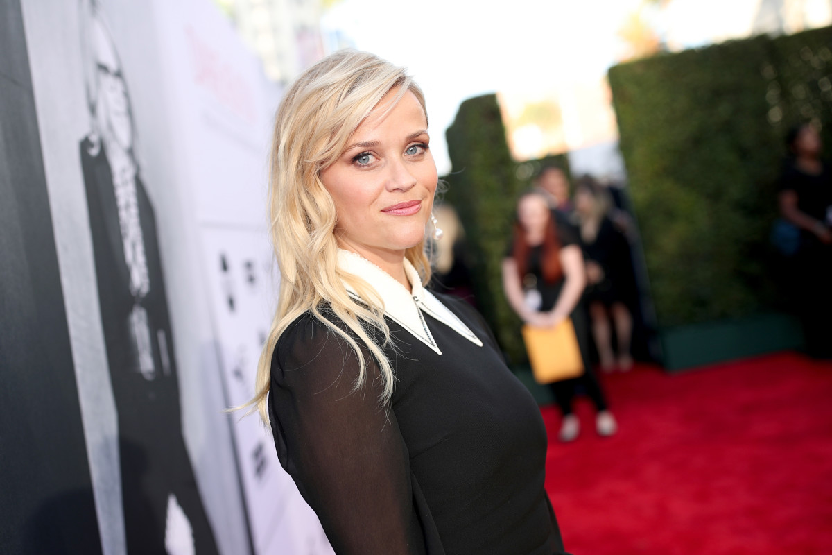 Reese Witherspoon's '60s-Style Wallpaper-Curtains Combo Is Quite Elegant