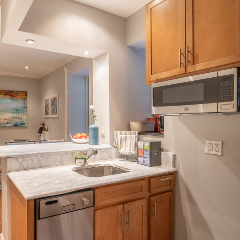 A NYC Apartment Has Renter-Friendly Tile and Countertop Ideas in the Kitchen