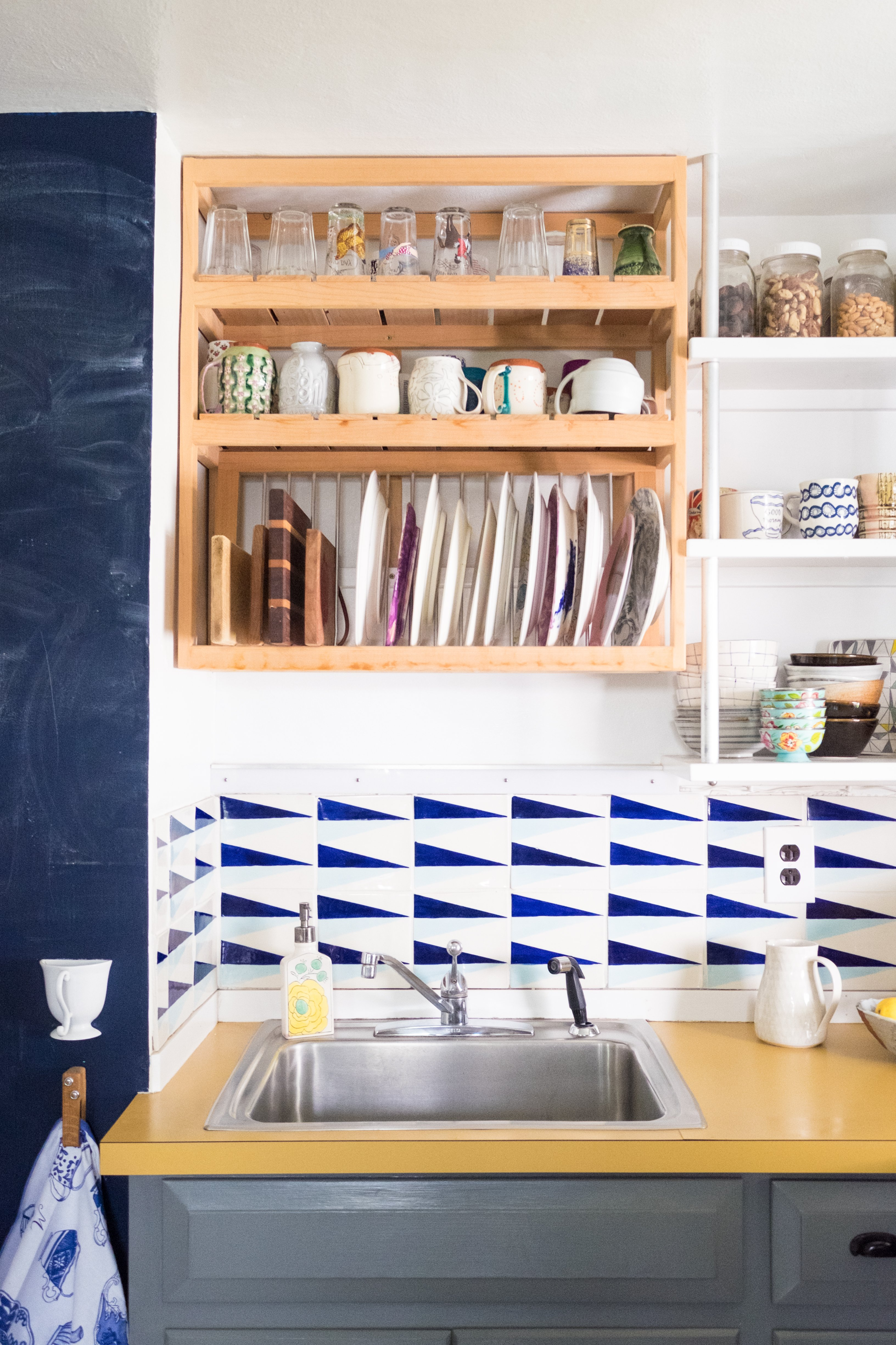 9 Ways To Organize A Kitchen Without Many Or Any Cabinets Apartment Therapy