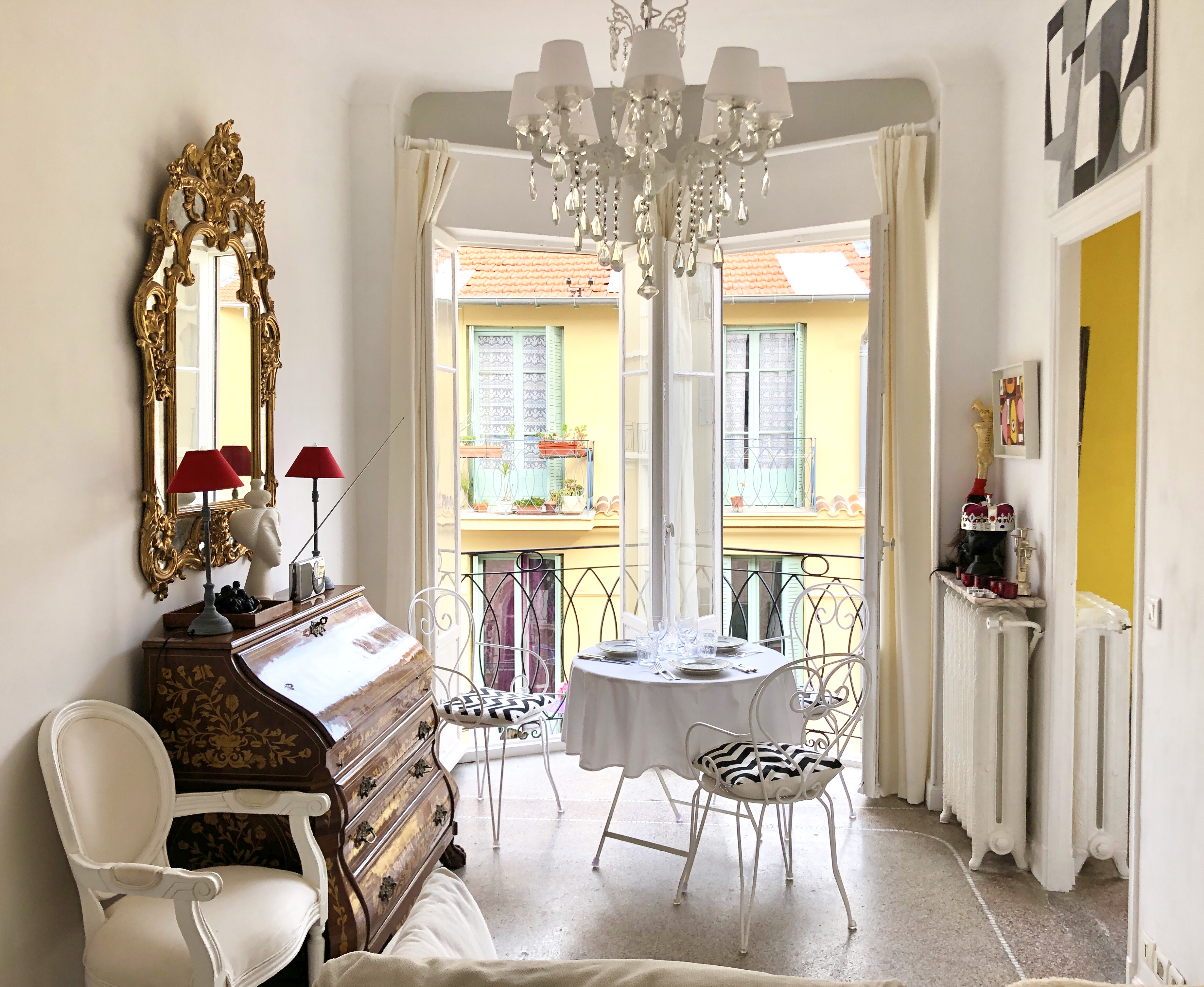Gilded Ornate Mirrors Are Making A Comeback Apartment Therapy
